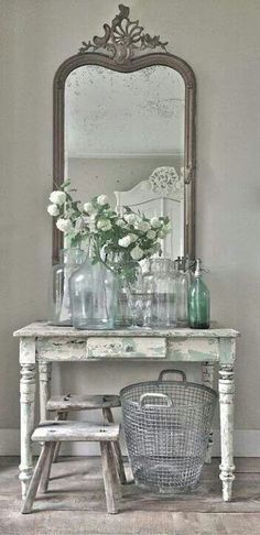 I enjoy the size ratio of the pieces in this vanity set up, bit would prefer simpler (less French chic) individual pieces.  Decoracion vintage.