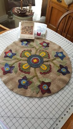 floral applique Here's Ways to Use It to Boost Your Quilt's Wow Factor. Sew fun shapes, bold let Motifs Applique Laine, Wool Applique Quilts, Wool Applique Patterns, Wool Quilts, Wool Embroidery, Felt Applique, Penny Rugs, Felted Wool Crafts, Felt Crafts