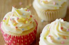 Jeder braucht ein Grundrezept für Vanille Cupcakes das einfach ist und bei dem die Cupcakes perfekt gelingen. Jedes Mal. Hier ist das beste Rezept das ich ausprobiert habe. Die Cupcakes sind saftig…