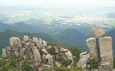 見ていて危なっかしい!でも「落ちそうで絶対に落ちない!」『地蔵岩』とは? | ギャザリー
