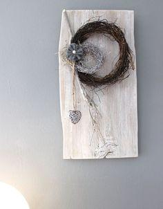 WD101 – Zeitlose Wanddeko! Altes Holzbrett, aufgearbeitet und weiß gebeizt, natürlich dekoriert mit zwei kleinen Rebenkränzen und einem Ornamentherz! Preis 44,90€ Höhe ca 50cm