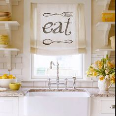 Graphic Diy Cafe-style curtain in kitchen
