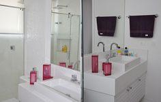 Banheiro da irmã de Medina, Sophia, todo branco e com alguns detalhes em rosa