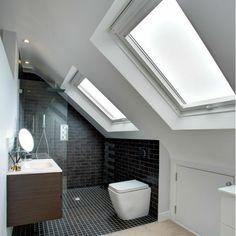 Du lumière dans la salle de bain avec fenêtre de toit