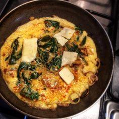 Muchos antojados 😅entonces... 2 huevos 🥚 Cebolla roja Espinaca 🍃 Cúrcuma ✨ Queso 🧀 del que tengan 💃💃💃💃💃 Quiche, Breakfast, Food, Eggs, Healthy Recipes, Morning Coffee, Quiches, Meals, Yemek