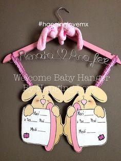 Welcome Baby Hanger nursery.  Entrega en la Ciudad de México para darle la Bienvenida y colgar de la puerta del cuarto del hospital donde nacerán las gemelas Renata & Mari Fer