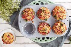 Grove matmuffins med spinat, tomat og cheddar | Soft Flora Cheddar, Muffins, Flora, Food Porn, Breakfast, Finger Food, Brot, Morning Coffee, Muffin