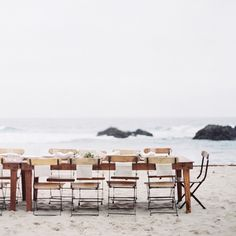 You can't go wrong with a seaside wedding. Keep it simle and let the beauty of the beach shine. Creative direction & styling: @joythigpen image: @erichmcvey #receptioninspiration #weddingreception #beachwedding #outdoorwedding #weddinginspiration #oncewedstyle by oncewed