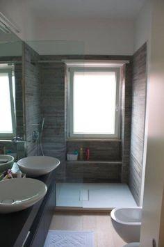Bagno con doccia in mosaico sotto finestra for Sala da bagno design