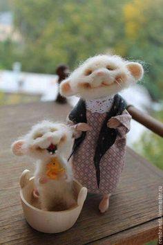 Buy Mouse washing the sun smiles) - white, felt mouse, wool - Pin Coffee Needle Felted Animals, Felt Animals, Cute Baby Animals, Funny Animals, Bordados E Cia, Needle Felting Tutorials, Felt Mouse, Cute Mouse, Felt Dolls