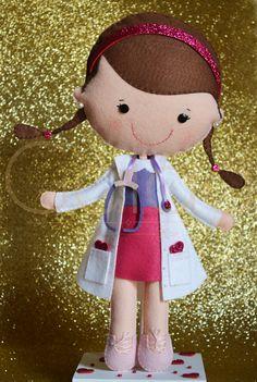 Boneca em feltro inspirada em Doutora Brinquedos.                                                                                                                                                      Mais