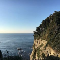 【sato_stk】さんのInstagramをピンしています。 《#sea #ocean #sky #far #overther #cliff #blue #sealine  #江ノ島 #海 #空 #眺め #view #seabreeze #refreshing #beautiful #enosima # #lifeisbeautiful  #lifeisbeautiful . 山の彼方の空の遠く幸い住むと人の言う。…中略… 山のあなたになお遠く幸い住むと人の言う。  江ノ島から眺めていたら、 大好きなこの詩を思い出しました。 . . .  遠く遥か彼方まで行きたくなる。 だけどいつだってここに幸せがある。 あなたといっしょなら。 . と勝手に解釈してる。 . . .  If I'm with you, happiness is always felt.》
