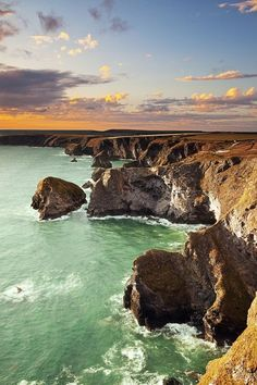 "O Bedruthan Steps e Parque Head ""está situado na costa norte de Cornwall entre Padstow e Newquay. Cornwall England, Devon And Cornwall, North Cornwall, England Uk, Cornwall Coast, Devon Uk, Magic Places, Jolie Photo, British Isles"