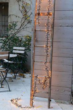 Illuminer une échelle en bois pour guider le Père Noël...