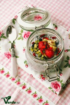 Budinca delicioasa din seminte de chia Homemade Sweets, What A Beautiful Day, Chia Seeds, Strawberry, Food And Drink, Breakfast, Recipes, Green, Inspiration