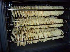 Das Besondere: bei derEigenherstellung kommt man ganz ohne Schwefel aus! Äpfel schälen, Kerngehäuse entfernen und in ca. 2 bis 2,5 mm dicke Scheiben schneiden (Hobel). Auf Schaschlikspieße aufreih…