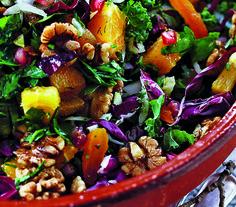 Grønkål er rigtig sundt og de store, krusede, grønne blade smager glimrende i salater. Her får du opskriften på en lækker grønkålssalat med appelsin og valnødder.