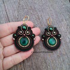 Комплект на заказ! Поехал в Московскую область. Одно из моих любимых цветовых сочетаний! #soutache #necklace #earrings #сутаж #сутажныеукрашения #сутажнаятехника #сутажноеколье #сутажныесерьги #soutache_jewelry #savitskaya_soutache #савицкая_сутаж Jewelry Design Earrings, Fashion Earrings, Beaded Jewelry, Beaded Earrings, Crochet Earrings, Soutache Pattern, Handmade Necklaces, Handmade Jewelry, Paper Quilling Earrings
