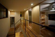 吹抜を囲むスキップフロア住宅: 株式会社プラスディー設計室が手掛けたモダン玄関/廊下/階段です。 Track Lighting, Modern, Stairs, Ceiling Lights, Flooring, Furniture, Home Decor, Minimalism, Haus