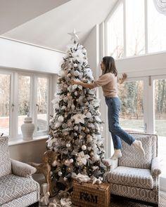 Rose Gold Christmas Decorations, Black Christmas Trees, Christmas Tree Themes, Holiday Decor, Christmas Time, Xmas, Champagne Christmas Tree, Christmas Ideas, Magical Christmas