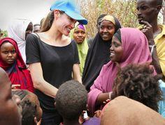Angelina Jolie unterwegs als UNHCR Botschafterin, mit Kindern im Dadaab Flüchtlingslager an der Grenze zwischen Kenia und Somalia, in 2009.