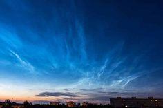 Ab Mai bis etwa in den August hinein lässt sich ein äußerst seltenes Naturspektakel und Wetterphänomen in der Dämmerung beobachten. Die sogenannten Leuchtenden Nachtwolken (Englisch: noctilucent cl…
