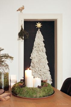 Die Raumfee: III. Advent - Weihnachtsbaum an der Wand aus altem Buch // Christmas tree on the wall, made from old book