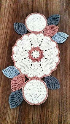 48 Trendy Crochet Table Runner Christmas Doily Patterns Knitting For BeginnersKnitting HatCrochet ProjectsCrochet Stitches Crochet Carpet, Crochet Home, Crochet Motif, Diy Crochet, Crochet Designs, Crochet Crafts, Crochet Flowers, Crochet Stitches, Diy Crafts
