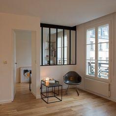 Les fenêtres oscillo-battantes sont en chêne laqué blanc, le parquet et le mobilier sur mesure sont en chêne massif vernis.