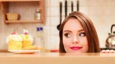 Rate this post Pamiętaj: Tu znajduje się 5 najbardziej skutecznych metod żeby zapanować nad chęcia na coś słodkiego! Szczególnie zwróc uwage na metode #12. Te rady pomogły już ponad 20,000 tysięcom czytelników. Dobrze wiesz, że masz ochotę na coś słodkiego, jeśli twój mózg i ciało mówi 'Chce zjeść coś słodkiego, teraz!' Twój organizm będzie pragnąć