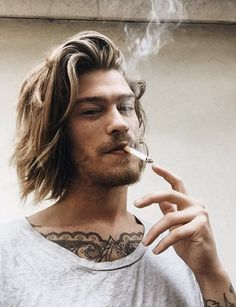 O corte de surfista é tendência nos cortes de cabelo masculino em 2019 Braids For Medium Length Hair, Chin Length Hair, Medium Hair Cuts, Long Hair Cuts, Medium Hair Styles, Men's Hair Long, Mens Hair Medium, Boys With Long Hair, Haircut Diy