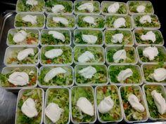 Herkulliset salaattiannokset kermaisella salaattikastikkeella kotona asuville ruokapalvelu asiakkaille! Juvakodin keittiössä! 12.4.2017