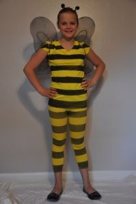 Here's another easy homemade bumblebee costume idea (we already shared another method for a bee costume here) that incorporates fabric paint to create the stripes. This one is also quick, ea… Bee Halloween Costume, Bug Costume, Diy Halloween Costumes For Women, Halloween Kids, Halloween Decorations, Clever Costumes, Unique Costumes, Diy Costumes, Costume Ideas