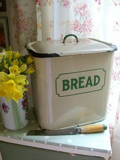 Vintage bread bin and bread knife XO Vintage Bread Boxes, Vintage Tins, Vintage Kitchen, Vintage Decor, Vintage Antiques, Bread Machine Reviews, Country Kitchen, Country Life, Country Style