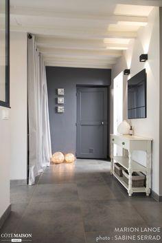 Cette jolie maison à Heyrieux a été complètement rénovée. L'entrée se veut plus fonctionnelle et accueillante. Pour mettre en valeur l'escalier en pierre, celui-ci a été ouvert sur l'entrée. Les poutres au plafond ont été conservées. La cuisine offre un b
