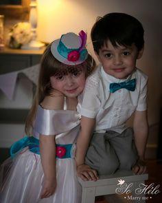 mini top hat, wedding belt for girl and bow tie.  Accessoires pour le cortège: petit chapeau, ceinture pour robe et noeud papillon enfant