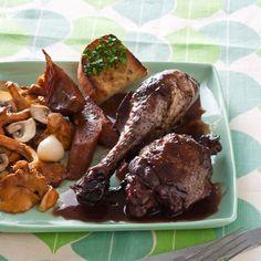 Découvrez la recette poulet façon coq au vin sur cuisineactuelle.fr.