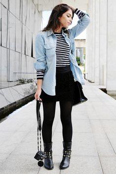 Saia Preta + T-shirt listrada + Camisa Jeans + meia calça preta + botas