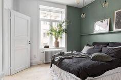 Olijfgroen is dé kleur voor een sfeervol interieur - Roomed Gray Bedroom, Bedroom Colors, Master Bedroom, Studio Apartment Design, Student Room, Scandinavian Bedroom, Scandinavian Design, Green Rooms, Home Pictures