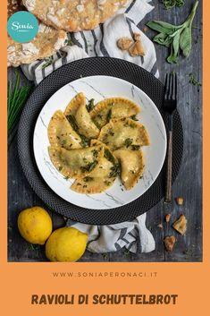 Scopri come preparare questi #ravioli a base di #Schüttelbrot: hanno un morbido ripieno di #ricotta ed #erbette e sono insaporiti con burro e salvia. Adoro questi ravioli, ma ti confesso che per il ripieno puoi anche realizzare altri varianti: al posto delle erbette, puoi usare gli spinaci oppure, per dare ancora più sapore, aggungere qualche cubetto di Speck Alto Adige IGP. Best Italian Recipes, Recipe Boards, Salvia, Gnocchi, Ricotta, Vegan Vegetarian, Pasta, Ethnic Recipes, Food Ideas