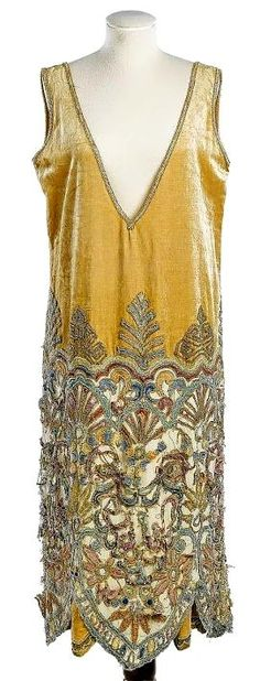 1920s dress - I would never wear this plunging neckline but the rest of the…