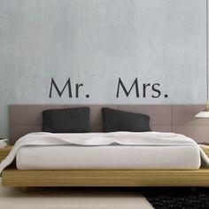 """Adesivo Murale - Mr & Mrs.  Adesivo murale di alta qualità con pellicola opaca di facile installazione. Lo sticker si può applicare su qualsiasi superficie liscia: muro, vetro, legno e plastica.  L'adesivo murale """"Mr & Mrs"""" è ideale per decorare la camera da letto. Adesivi Murali."""