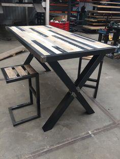 Bartafel en krukjes van sloophout mix met stalen frame #sloophout #staal #frame #krukjes #horeca #interieur