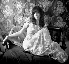 Carly Elisabeth Simon (born June is an American singer-songwriter, musician, and children's author. Carley Simon, Sexy Women, Carole King, Women Of Rock, American Singers, Role Models, Album Covers, Rock And Roll, People