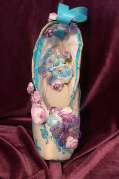 Turquoise lace hand decorated pointe shoe by ClassicTutuDesigns Pretty Ballerina Shoes, Pretty Ballerinas, Pointe Shoes, Ballet Shoes, Dance Shoes, Ballet Costumes, Dance Costumes, Dance Crafts, Pink Crafts