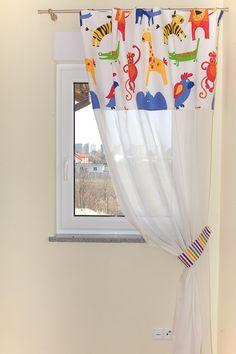 """Mix firanki i tkaniny zasłonowej w zwierzaki - połączenie tkanin pozwala """"odchudzić"""" okno Fabrics, Curtains, Home Decor, Tejidos, Homemade Home Decor, Interior Design, Textiles, Home Interiors, Decoration Home"""