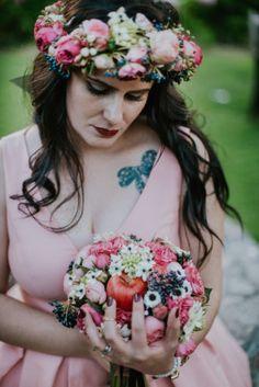 C'est un vrai mariage de conte de fée: décoration inspirée du monde de Disney, Alice au pays des merveilles, le Chaperon rouge,... Ici, la mariée dans une de ses robes avec son bouquet!