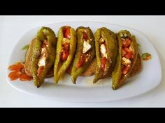 Peppers with tomatoes and feta cheese! Appetizer Recipes, Appetizers, Garlic Chicken, Greek Recipes, Starters, Feta, Tapas, Sausage, Sweet Home
