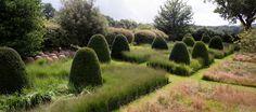 Der Privat-Garten von Tom Stewart Smith. Zwei praktisch ungestaltete Wiesenformen werden durch das symetrische Raster der Rasenwege und die Eiben-Kegel (http://galasearch.de/plants/12437-taxus-baccata) zu einem grafischen Element.