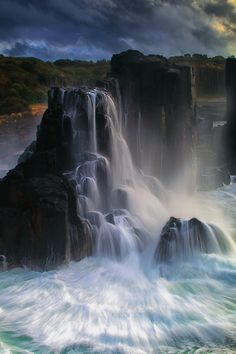 raccaryusui:  h4ilstorm:  Boneyard Falls (by Peter Hill1)  どうすれば、そこから水が落ちるの?